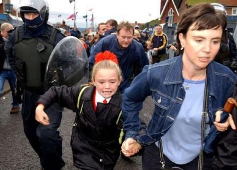 holy-cross-girls-primary-school-belfast-under-siege-by-british-unionist-gangs-2001