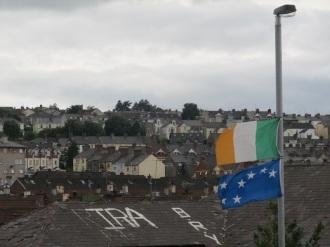 Derry - Scritte sui tetti e bandiere repubblicane nel Bogside