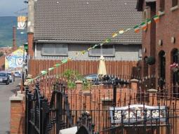 """Belfast - """"Tricolori nella case di Ardoyne, murales sullo sfondo"""""""