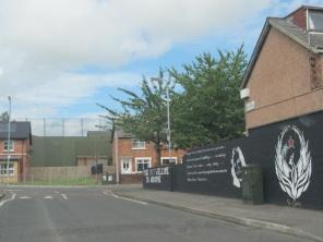 Belfast - Mairead Farrel murales, sullo sfondo, barriere divisorie