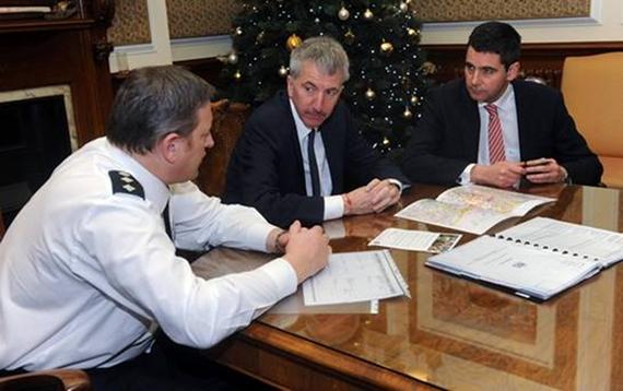 Breifing presso la Belfast City Hall, tra il Sovraintendente Capo della PSNI Alan McCrum, l'Ispettore Capo Gabriel Moran e Lord Mayor Mairtin O'Muilleor