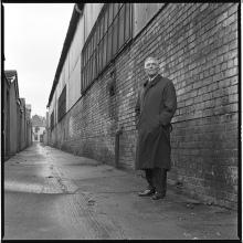 Jimmy Nesbitt, l'implacabile detective della RUC che nella sua carriera ha dato la caccia ad alcuni tra i più malvagi assassini dei Troubles, fotografato da Bobbie Hanvey in un vicolo cupo vicino alla stazione di polizia di Tennent Street dove i macellai Shankill scaricaricano alcune delle loro vittime