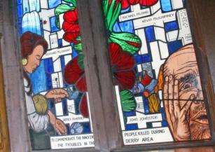 La vecchia vetrata in commemorazione della Bloody Sunday, rimossa dalla Guildhall