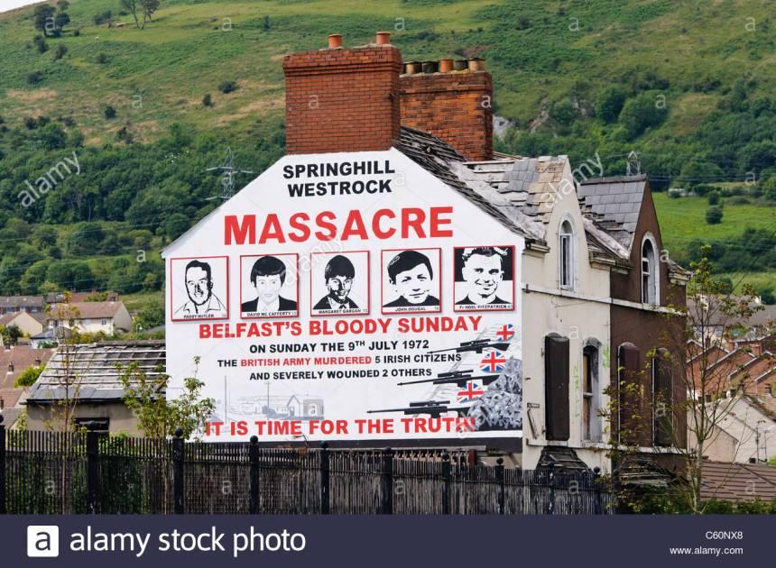 il-murale-nella-parte-occidentale-di-belfast-commemorando-il-springhill-westrock-massacro-9-luglio-1972-c60nx8